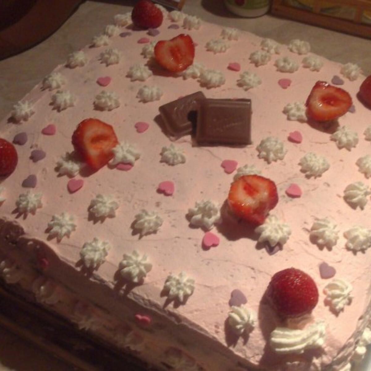 Ezen a képen: Epres tejszínes torta Nóri módra