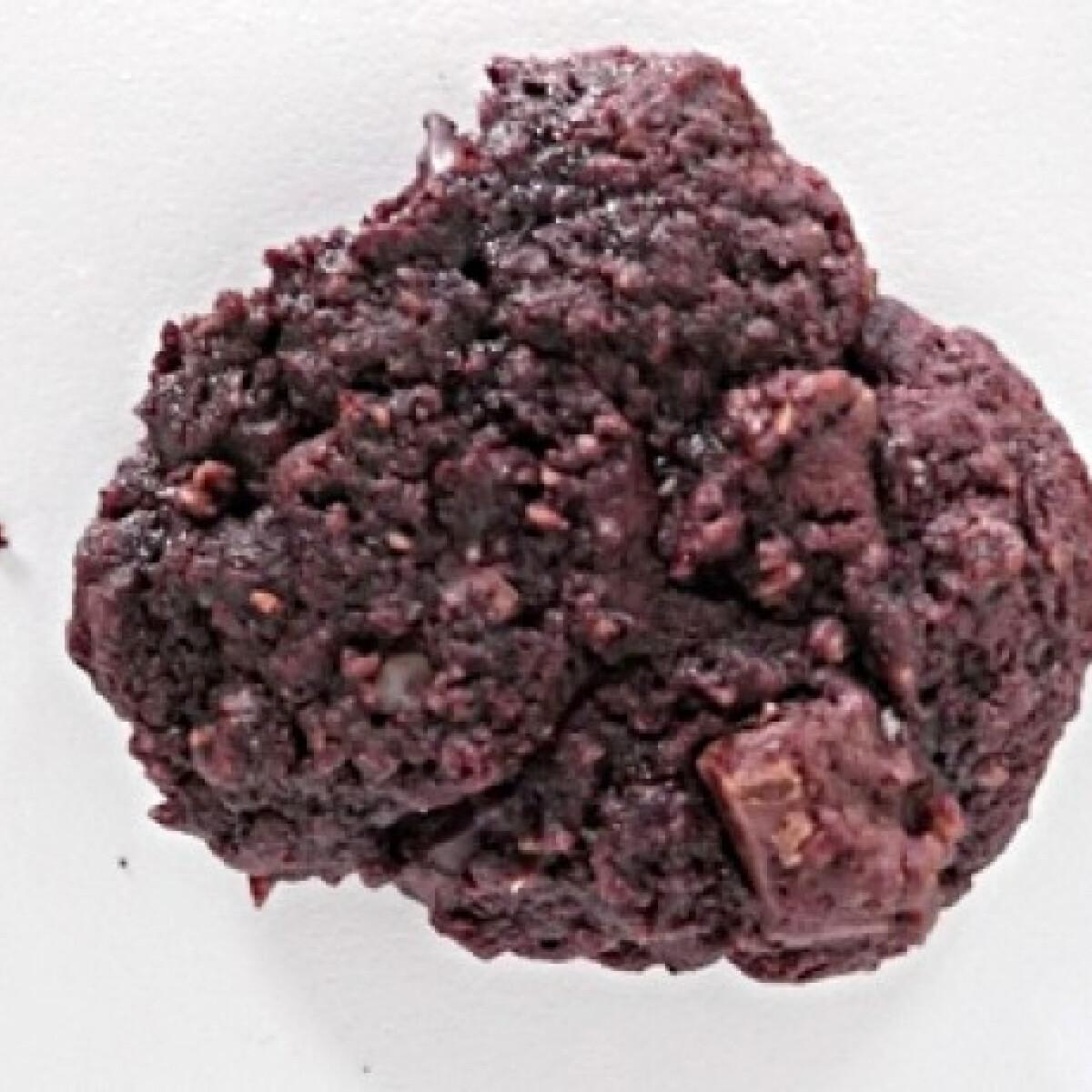 Ezen a képen: Duplán csokis zabcookie aszalt meggyel