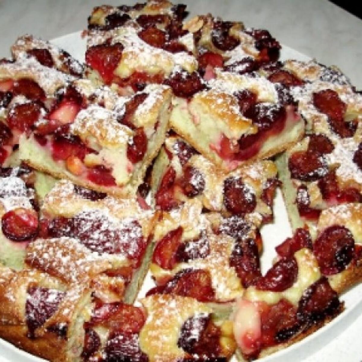 Ezen a képen: Cseresznyés-mogyorós pite