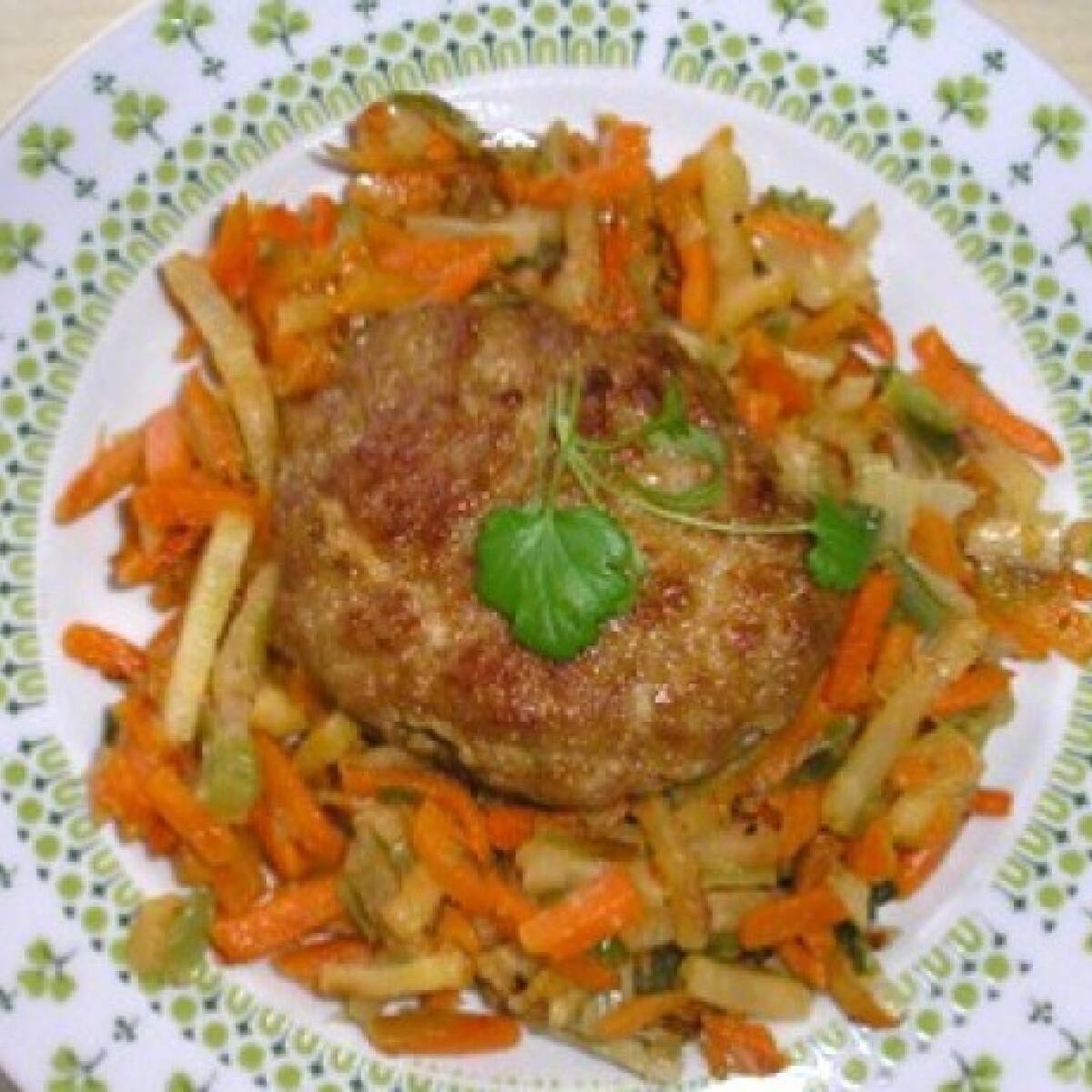 Ezen a képen: Húspogácsa párolt zöldségekkel