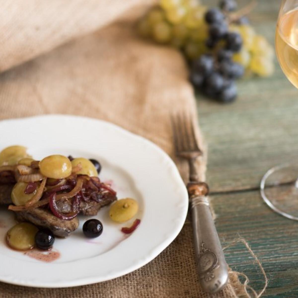 Ezen a képen: Csirkemáj szőlővel és mustmártással