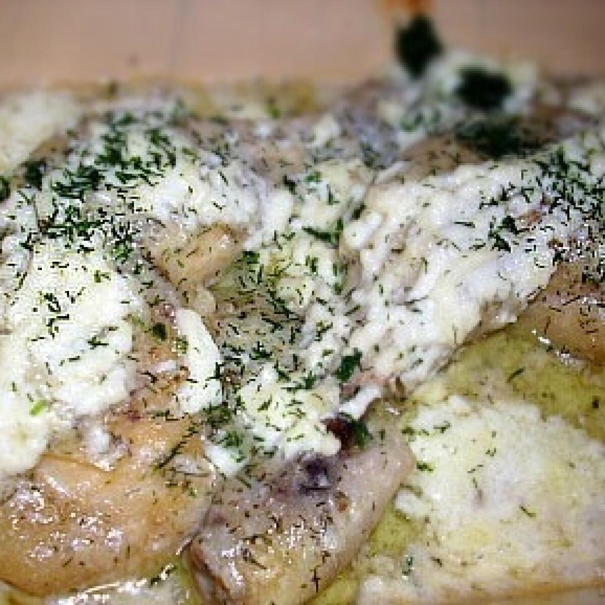 Ezen a képen: Kapros-juhtúrós csirkecomb