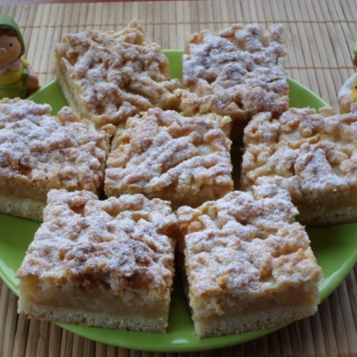 Ezen a képen: Pihe-puha almás süti
