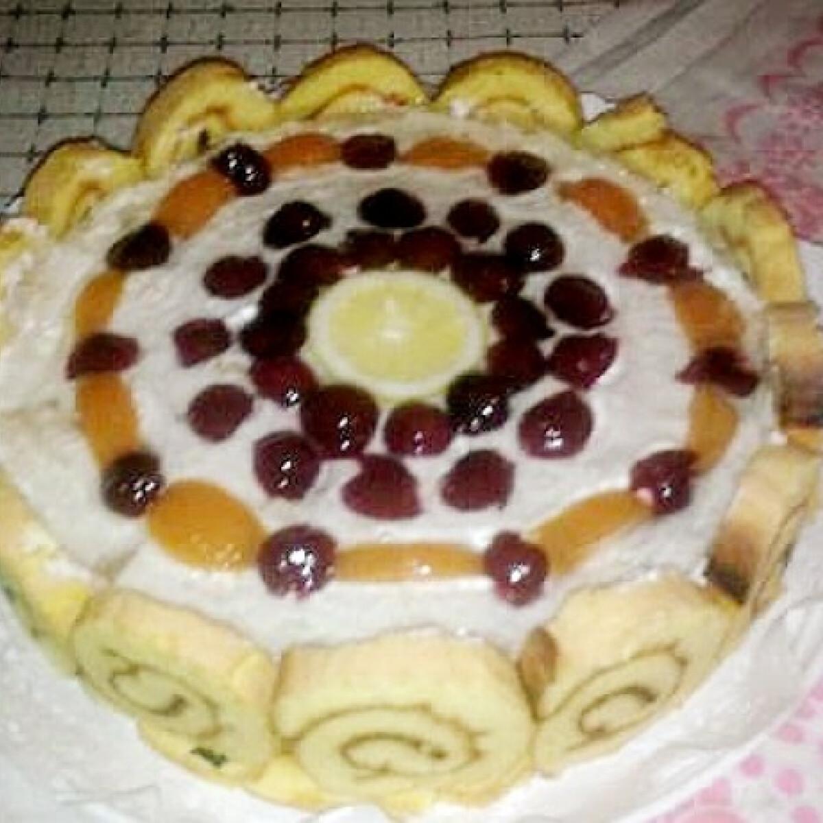 Ezen a képen: Túrókrémes piskótatekercs-torta