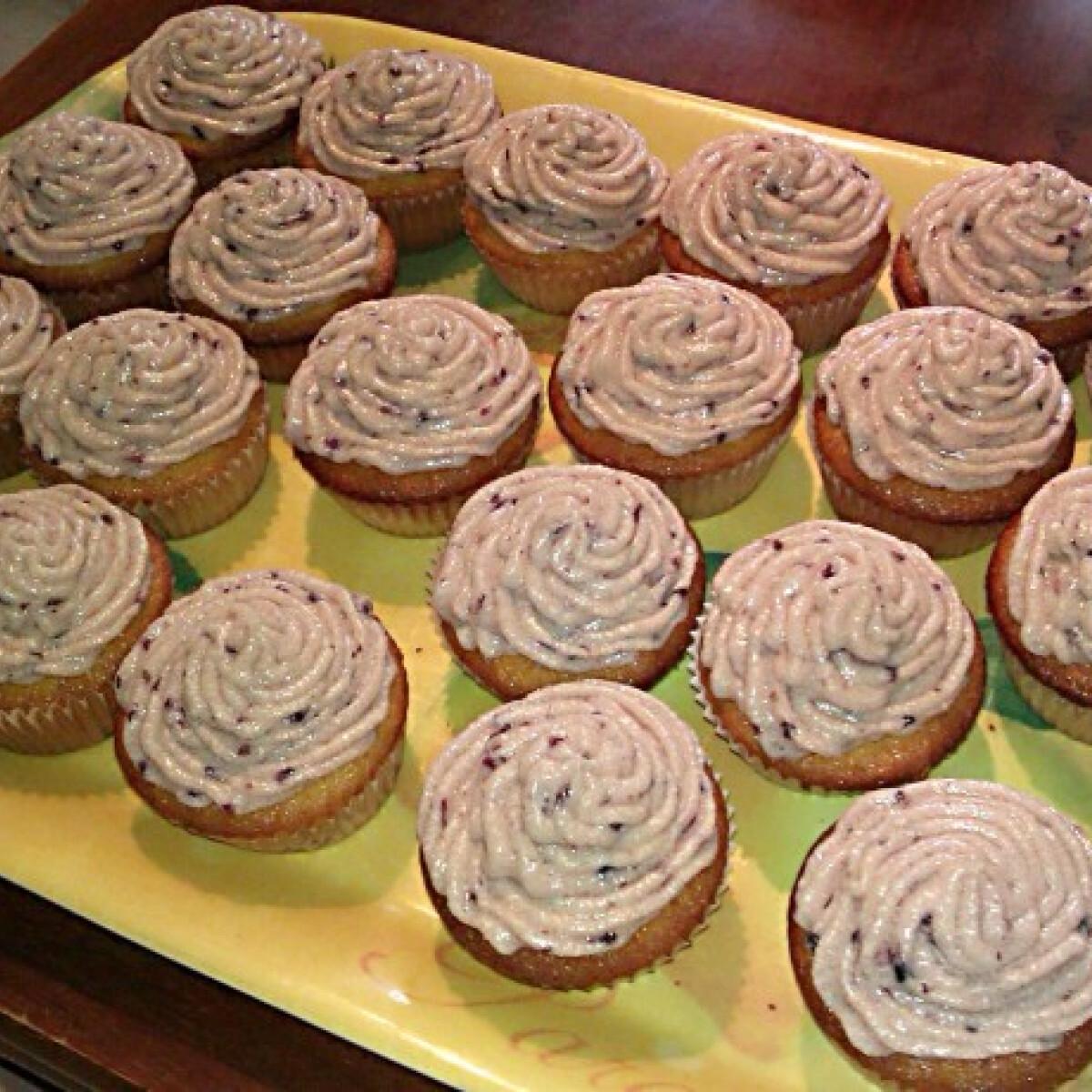 Ezen a képen: Málnás cupcake