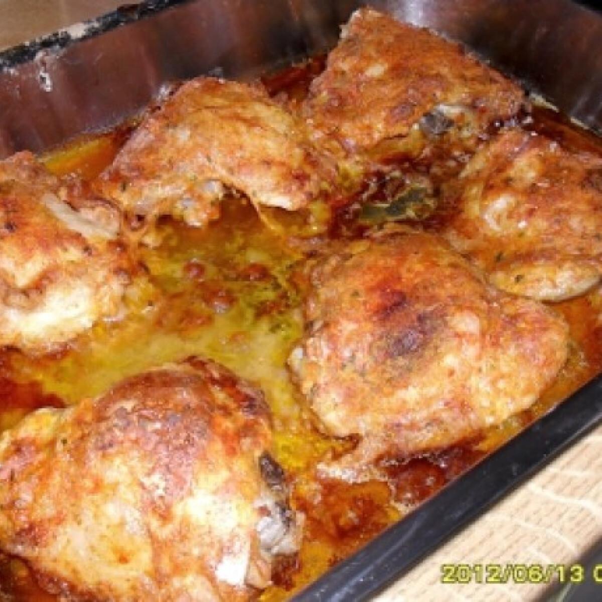 Ezen a képen: Paprikás lisztes csirkecomb tepsiben sütve