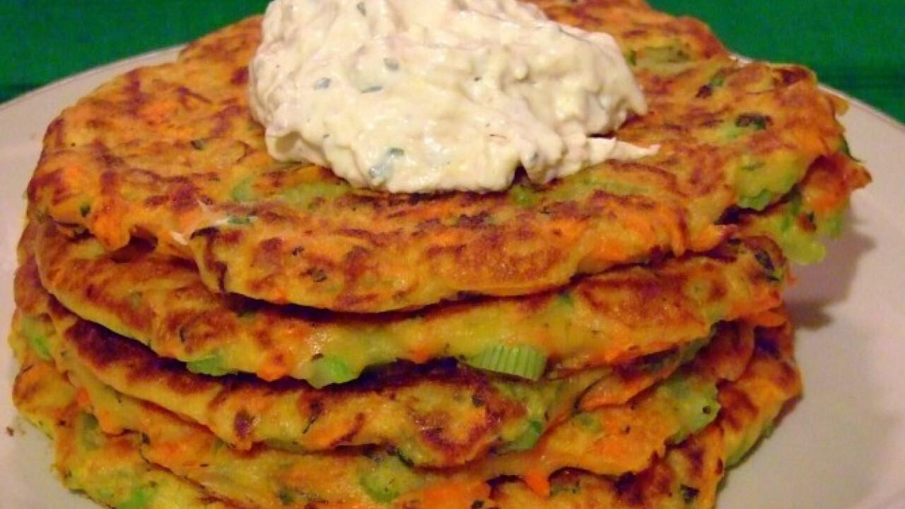 Zöldséges lepénykék tejfölös-húsos krémmel