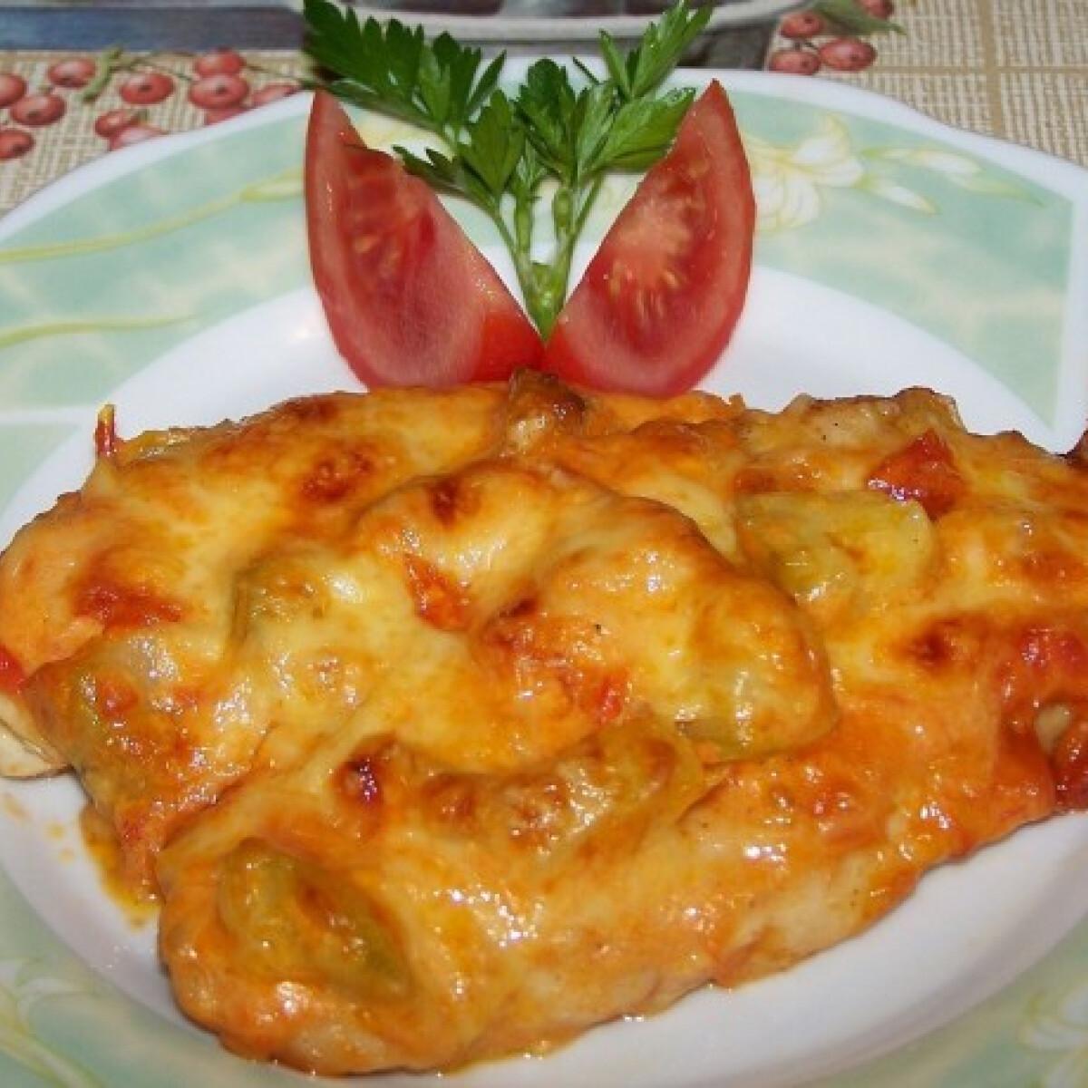 Ezen a képen: Grillezett csirkemell paradicsomos cukkinis köpenyben