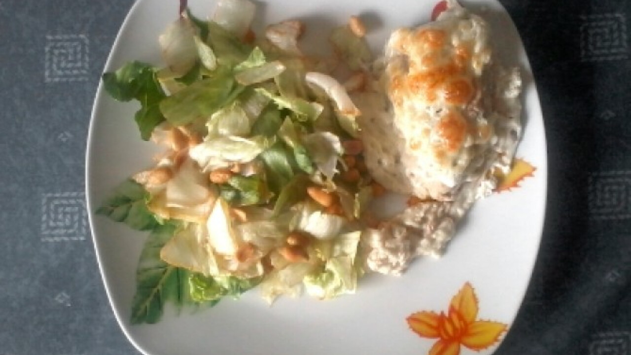 Tejfölös-sajtos csirkemell mogyorós salátával