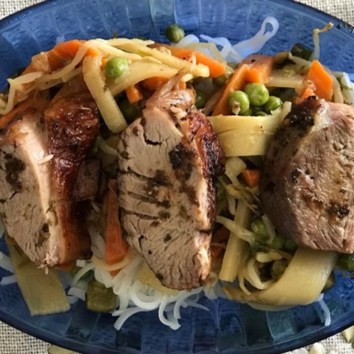 Fűszeres sült kacsa wok zöldségekkel és rizstésztával