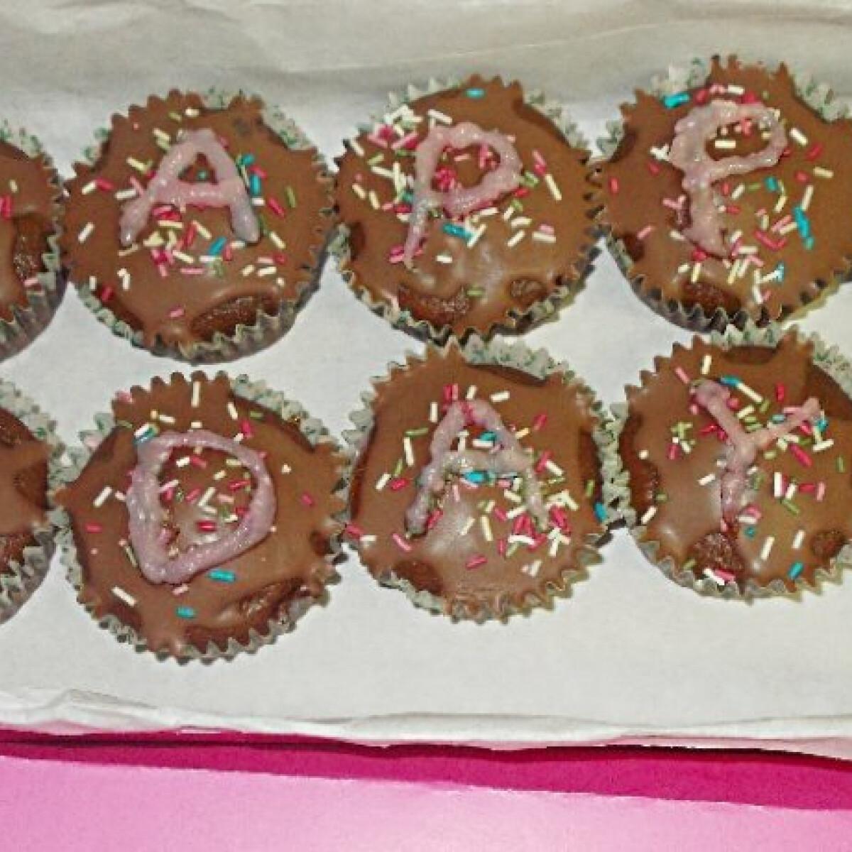 Ezen a képen: Eperpudinggal töltött kakaós muffin