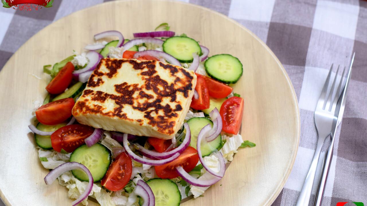 Grillezett sajt zöldségágyon