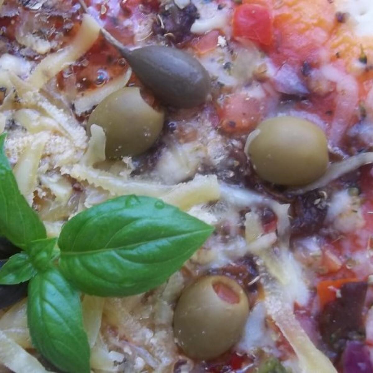 Sonkás-gombás-kapribogyós pizza