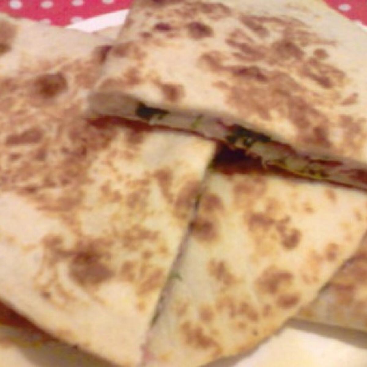 Ezen a képen: Sonkás-sajtos quesadilla Gonoszka konyhájából