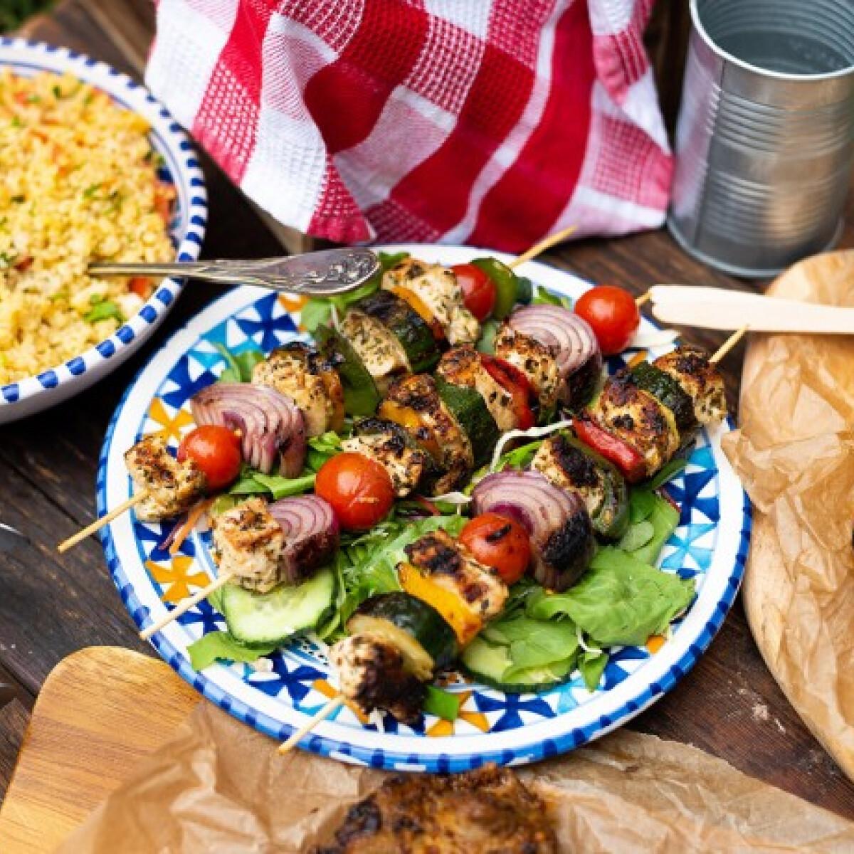 Ezen a képen: Citromos-zöldfűszeres csirkenyársak