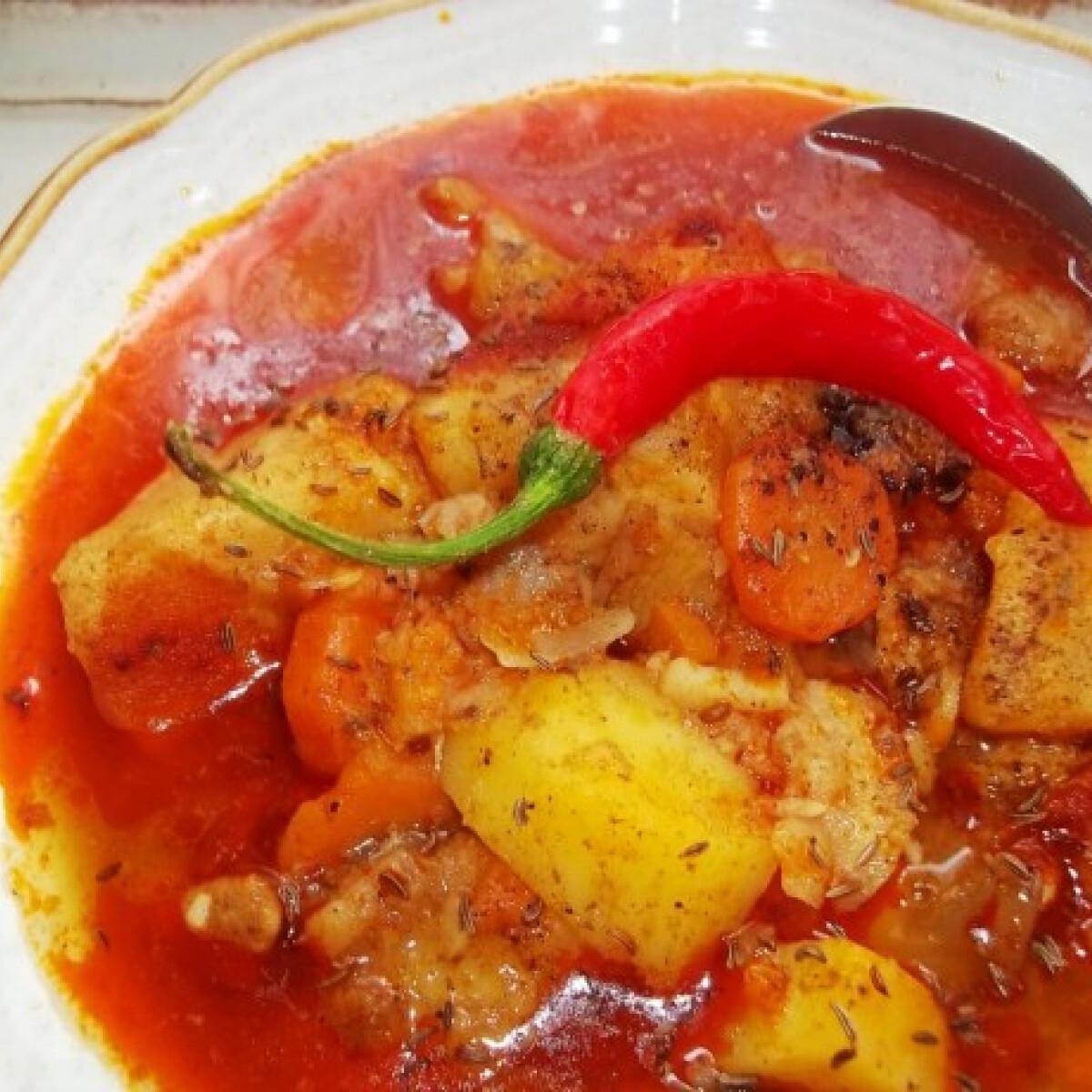 Vörösboros gulyásleves marhahúsból sok chilivel, tejfölösen