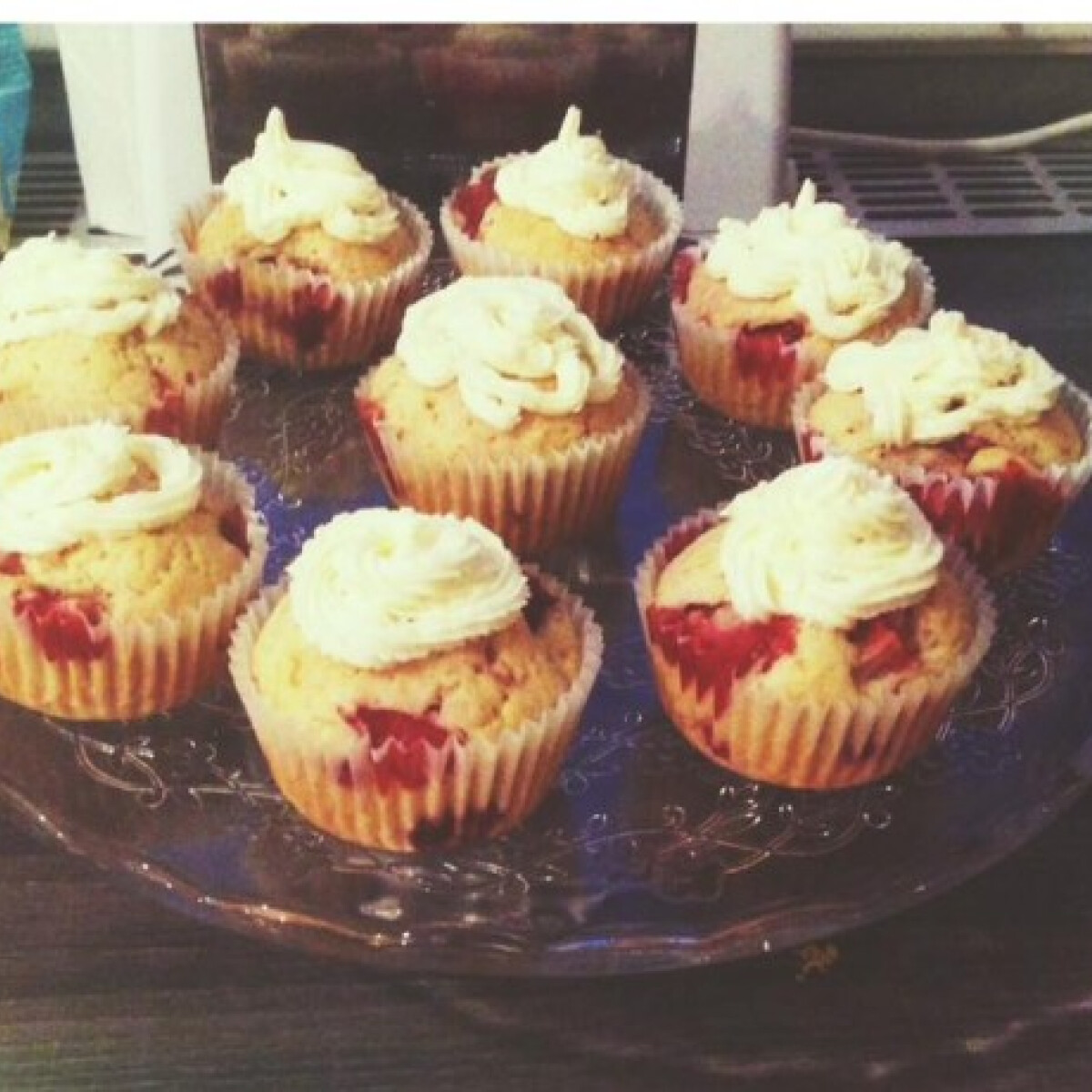 Ezen a képen: Epres muffin citromos habkrémmel