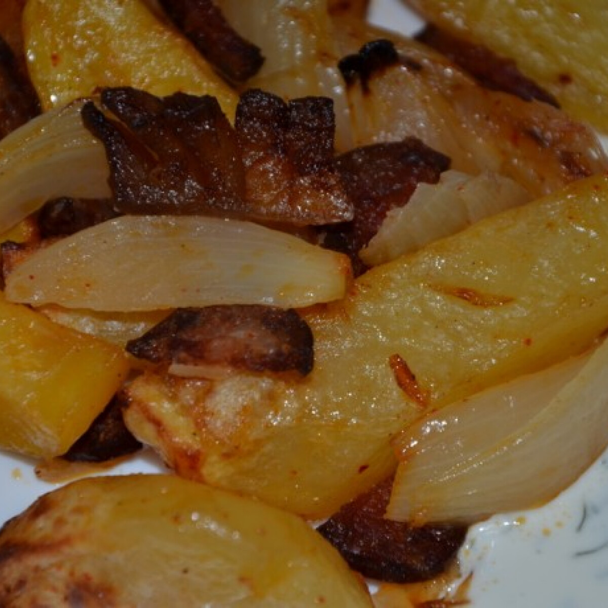 Ezen a képen: Tepsis krumpli kapros-tejfölös mártással