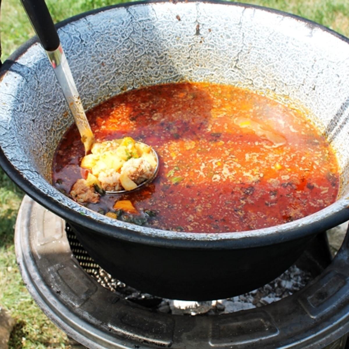 Ezen a képen: Csorba leves rizsgombóccal bográcsban