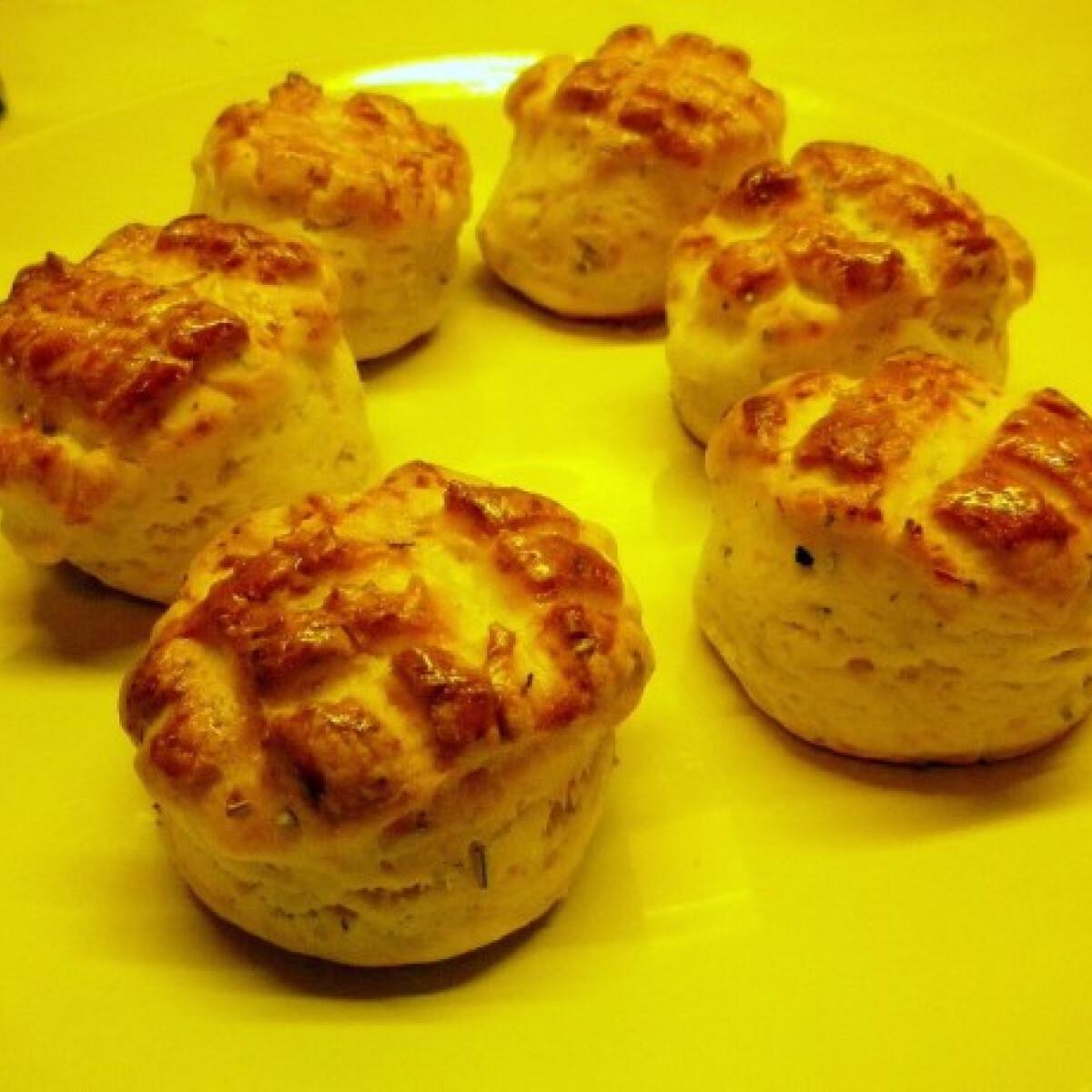 Ezen a képen: Kecskesajtos-mascarponés-rozmaringos pogácsa