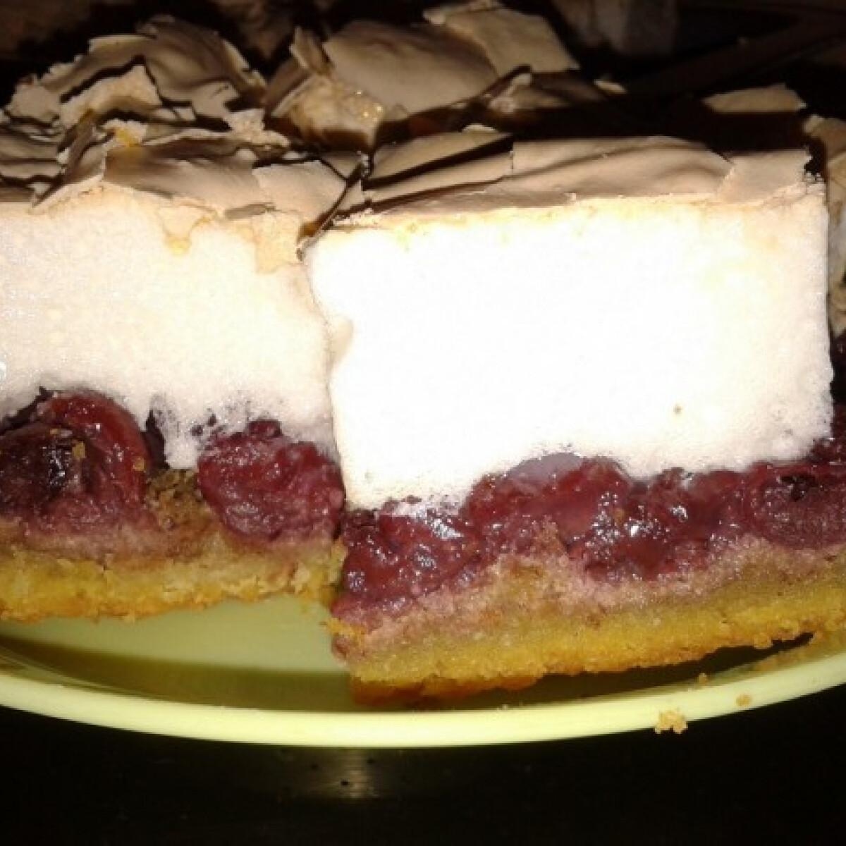 Ezen a képen: Meggyes-diós-habos sütemény tejmentesen