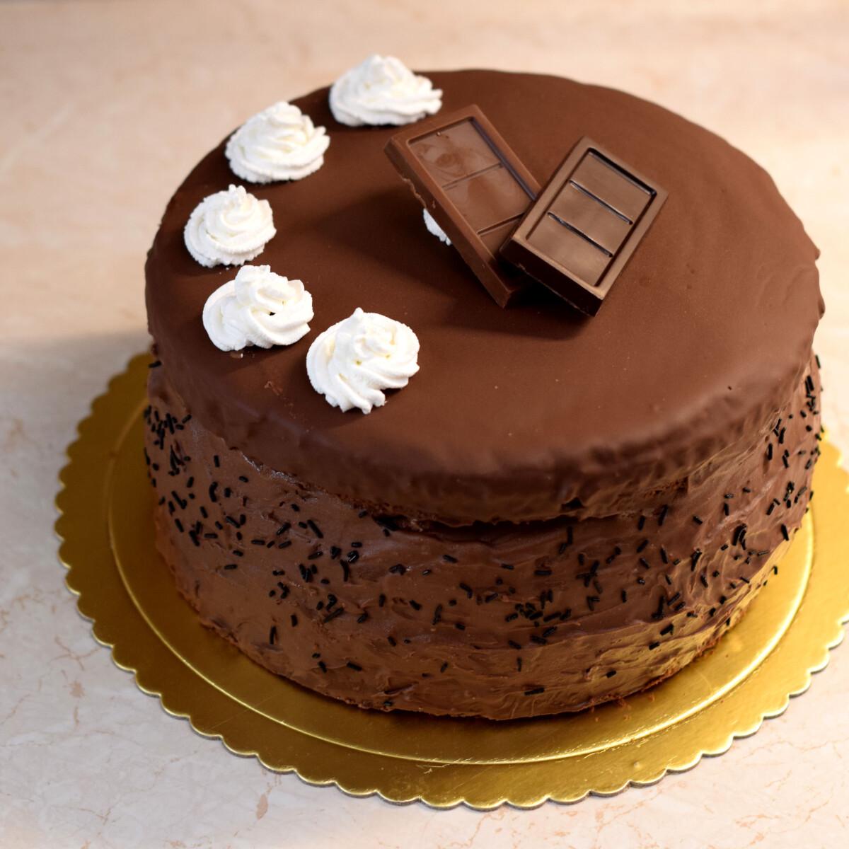 Ezen a képen: Gigászi csokitorta