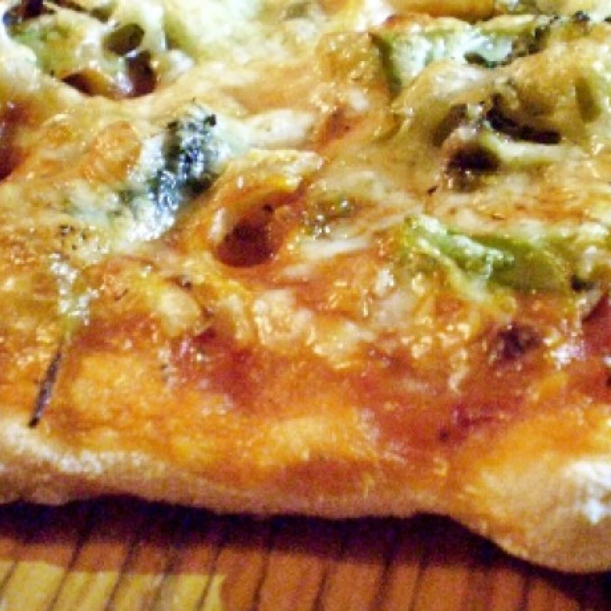 Ezen a képen: Brokkolis-hagymás pizza