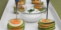 Zöldséges tüskék zöldfűszeres mártogatóval