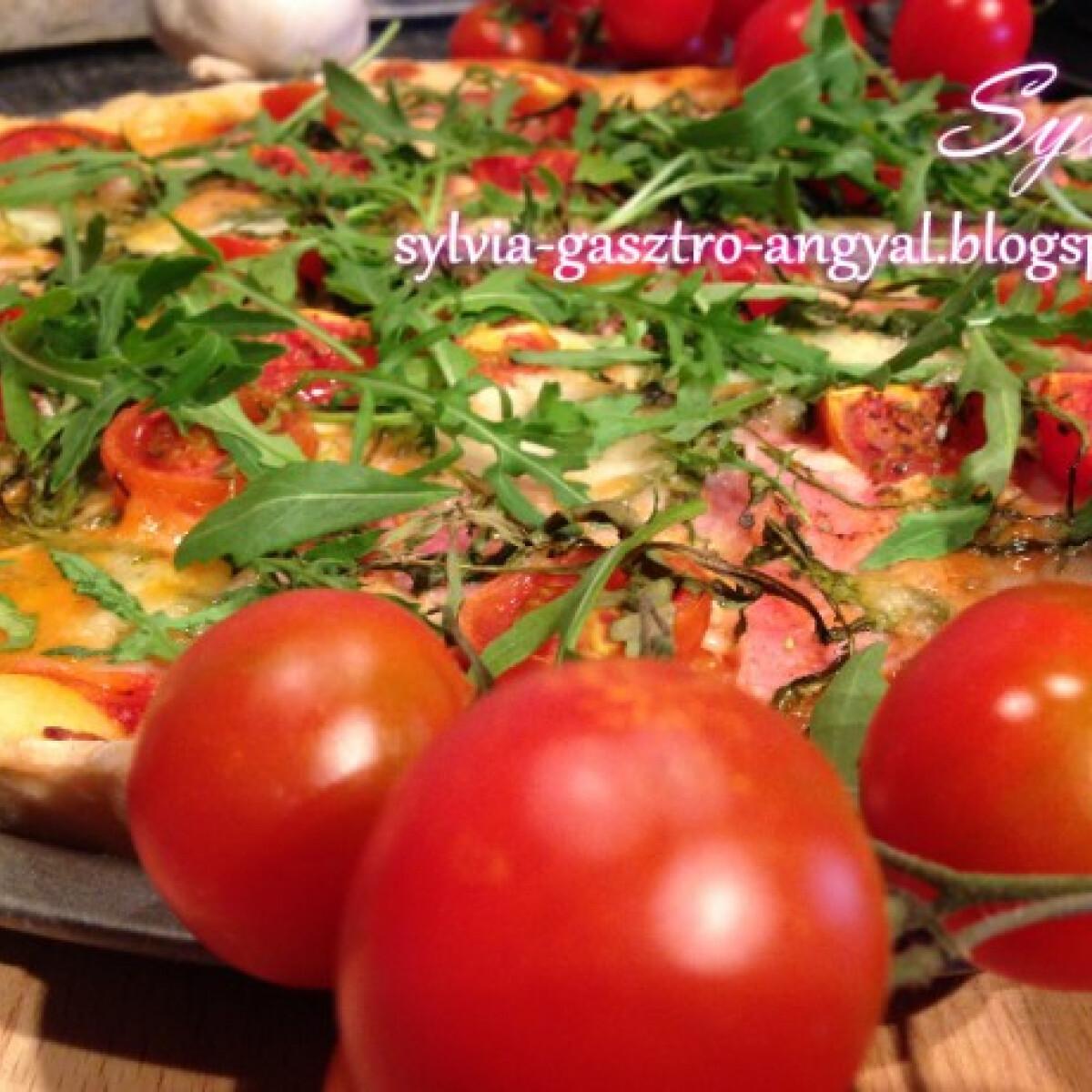 Ezen a képen: Sonkás-mozzarellás-rukkolás pizza
