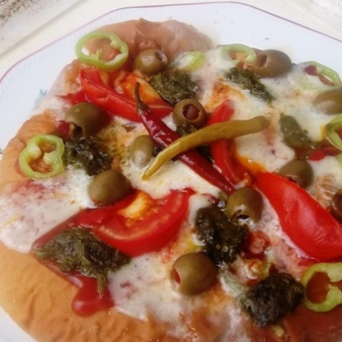 Ezen a képen: Zöld pestos vega pizza