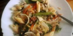 Kínai sült zöldség petrezselyemszósszal, tésztával
