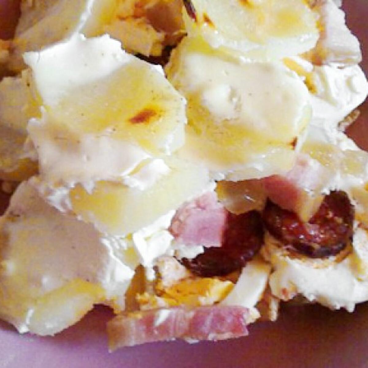 Ezen a képen: Magyaros rakott krumpli