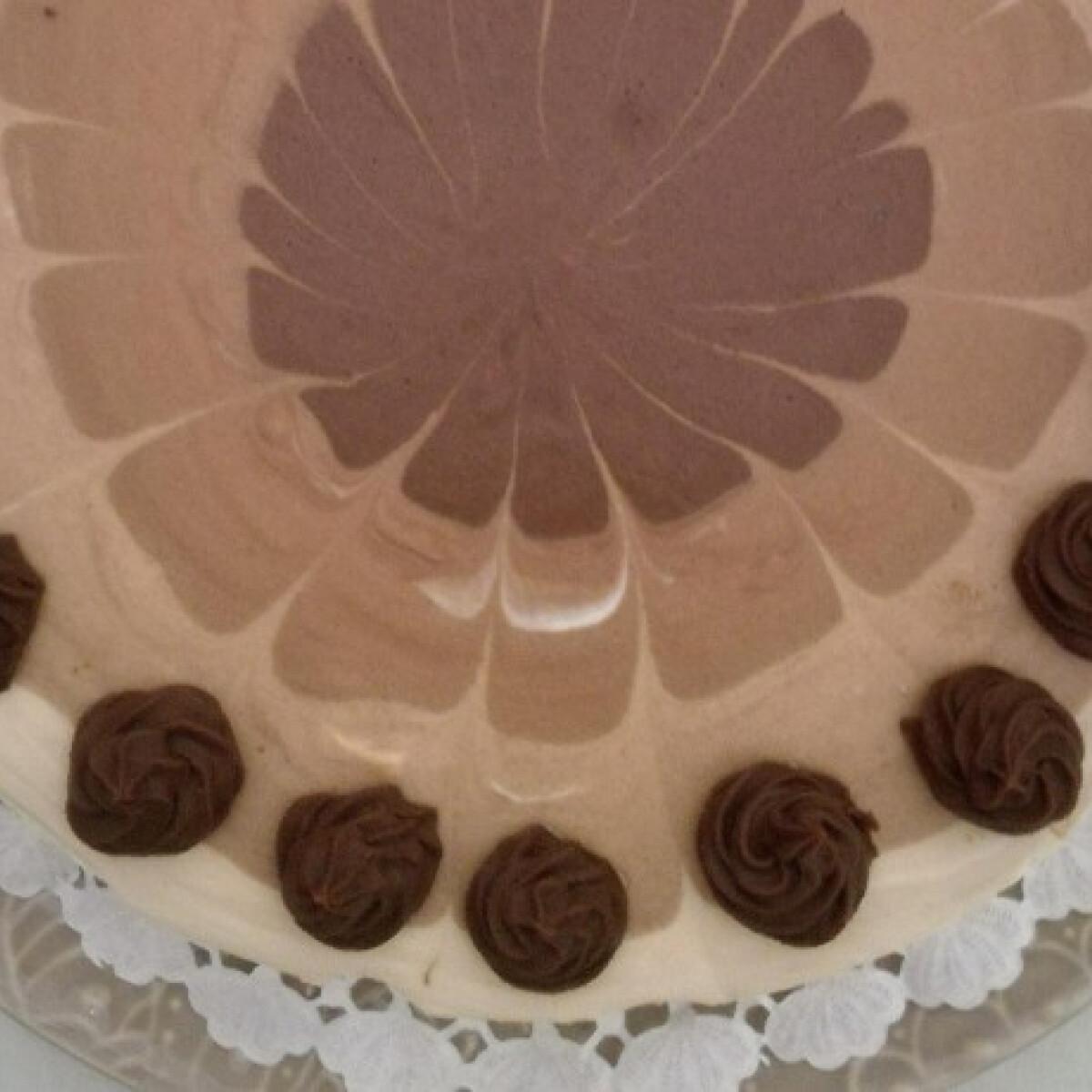 Ezen a képen: Ötszínű csokoládémousse-torta