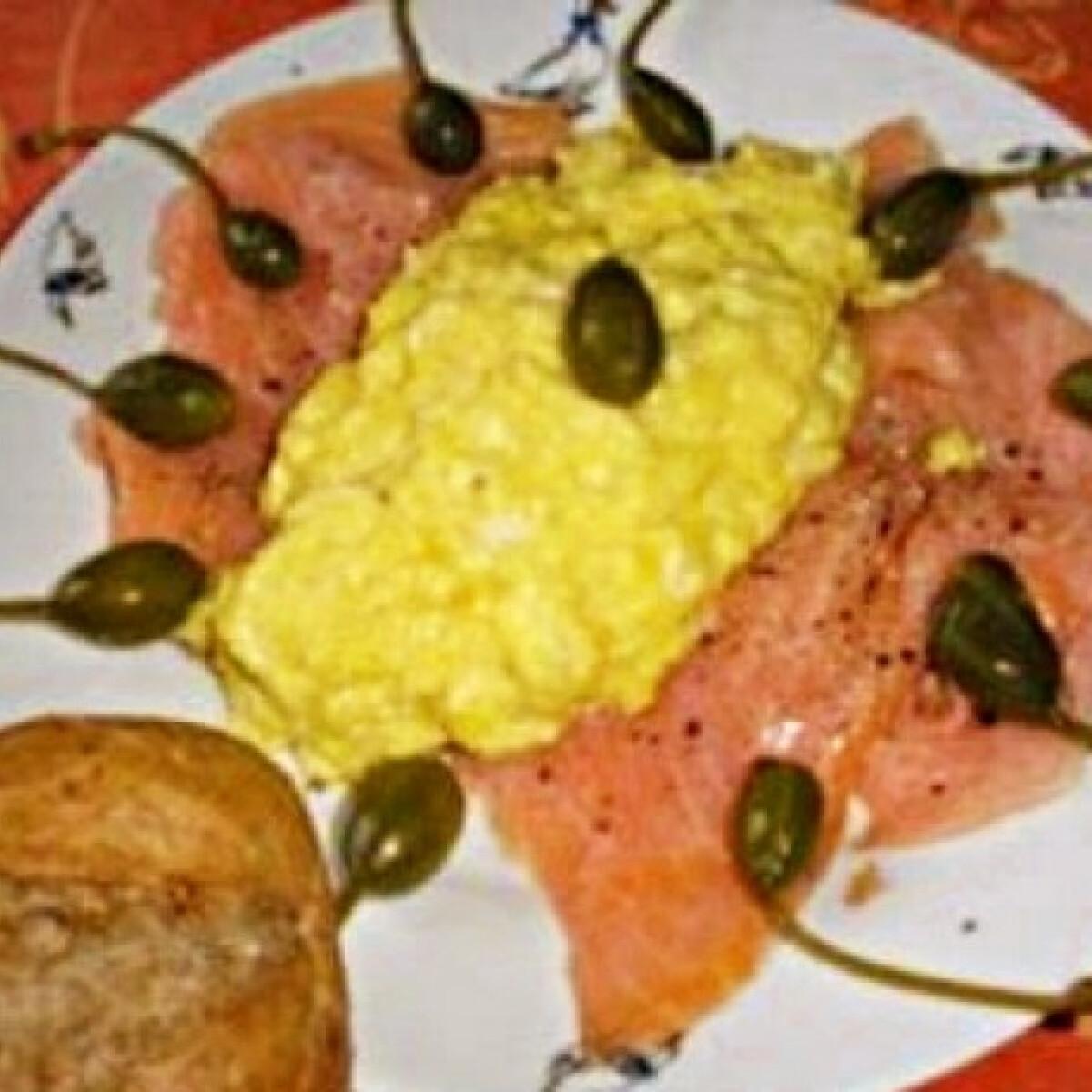 Ezen a képen: Füstölt lazacos-tojásos reggeli
