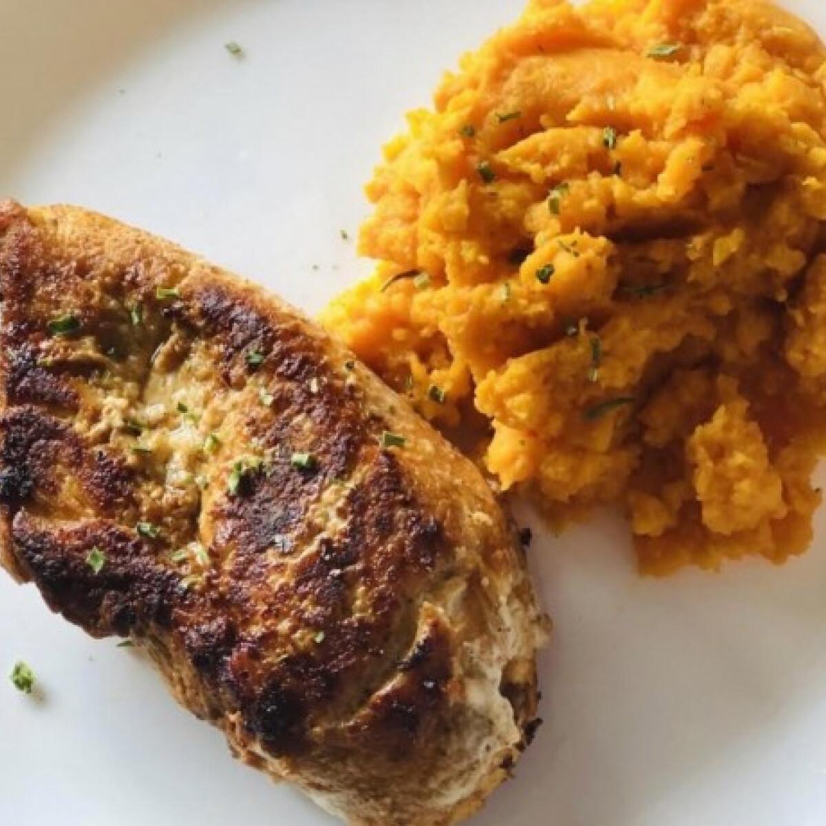 Ezen a képen: Édesburgonyapüré és fűszeres csirkemell