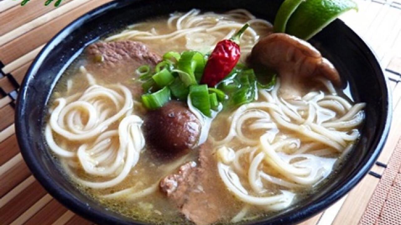 Ázsiai zöldséges-marhahúsos leves chilivel