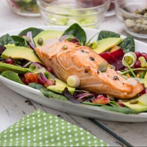 Sült lazac a legjobb spenótos-céklás salátával