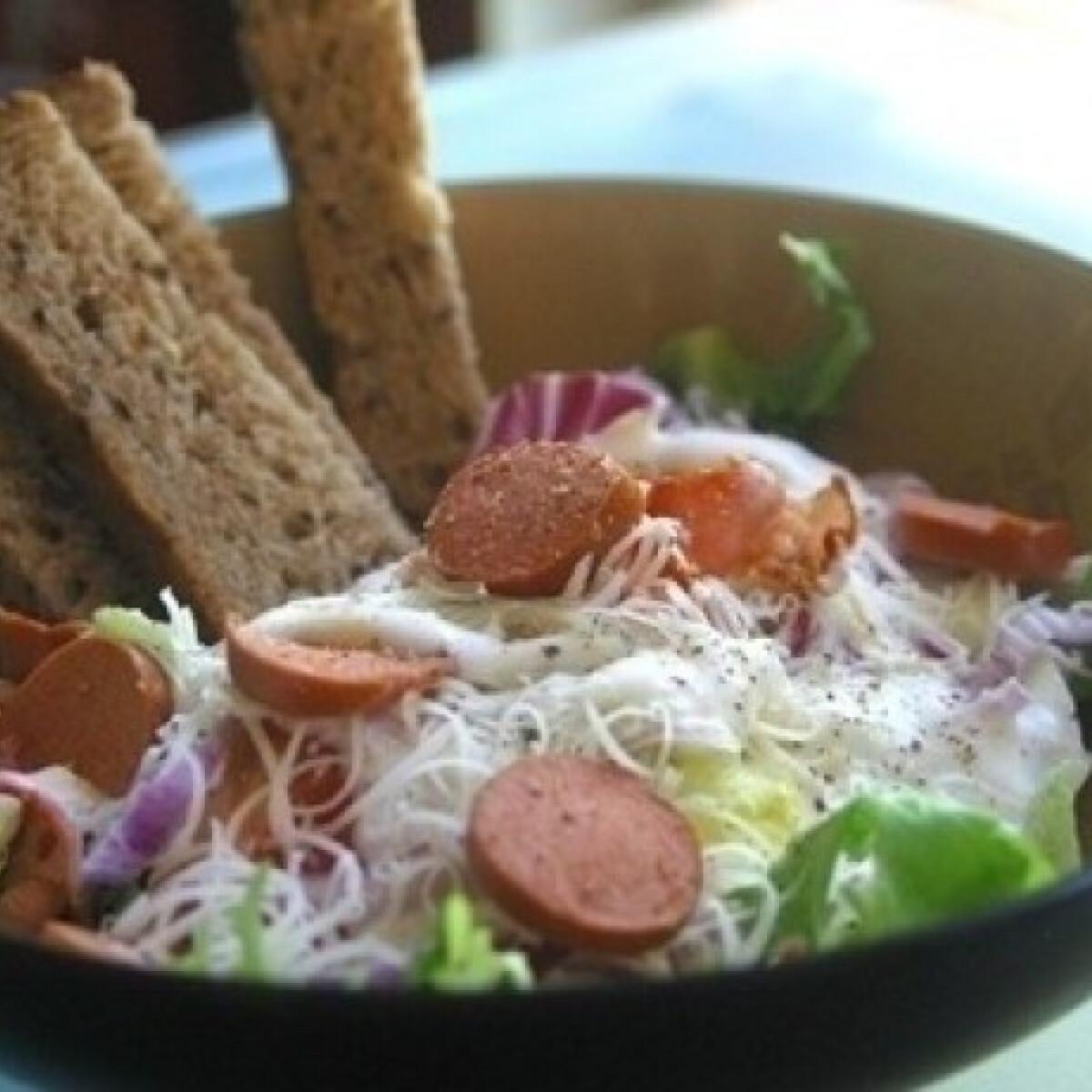 Ezen a képen: Joghurtos saláta füstölt virslivel