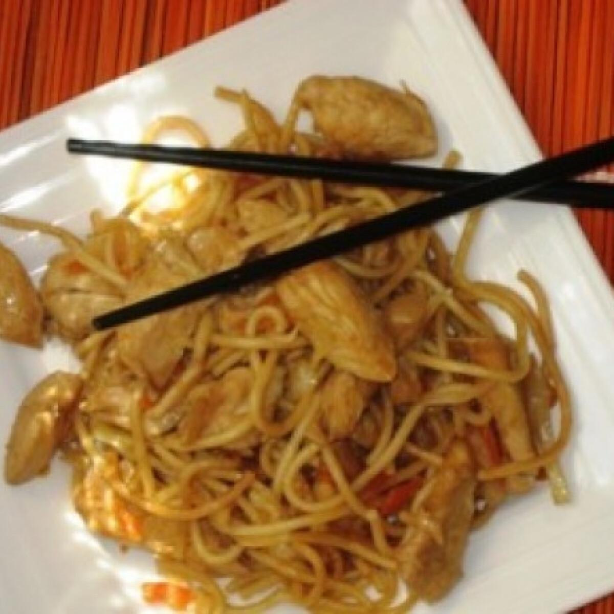 Ezen a képen: Kínai sült tészta csirkehússal