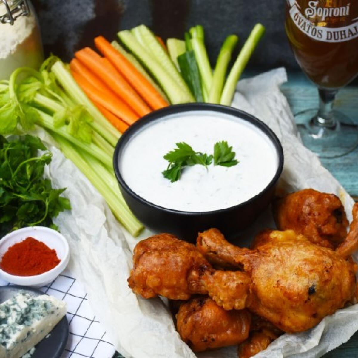 Ezen a képen: Sörtésztás csirkecombok, kéksajtos mártogatóssal