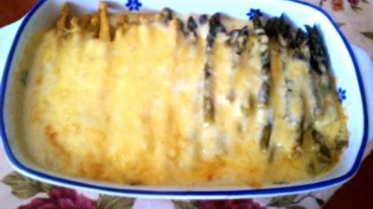 Spárga sajttal sütve