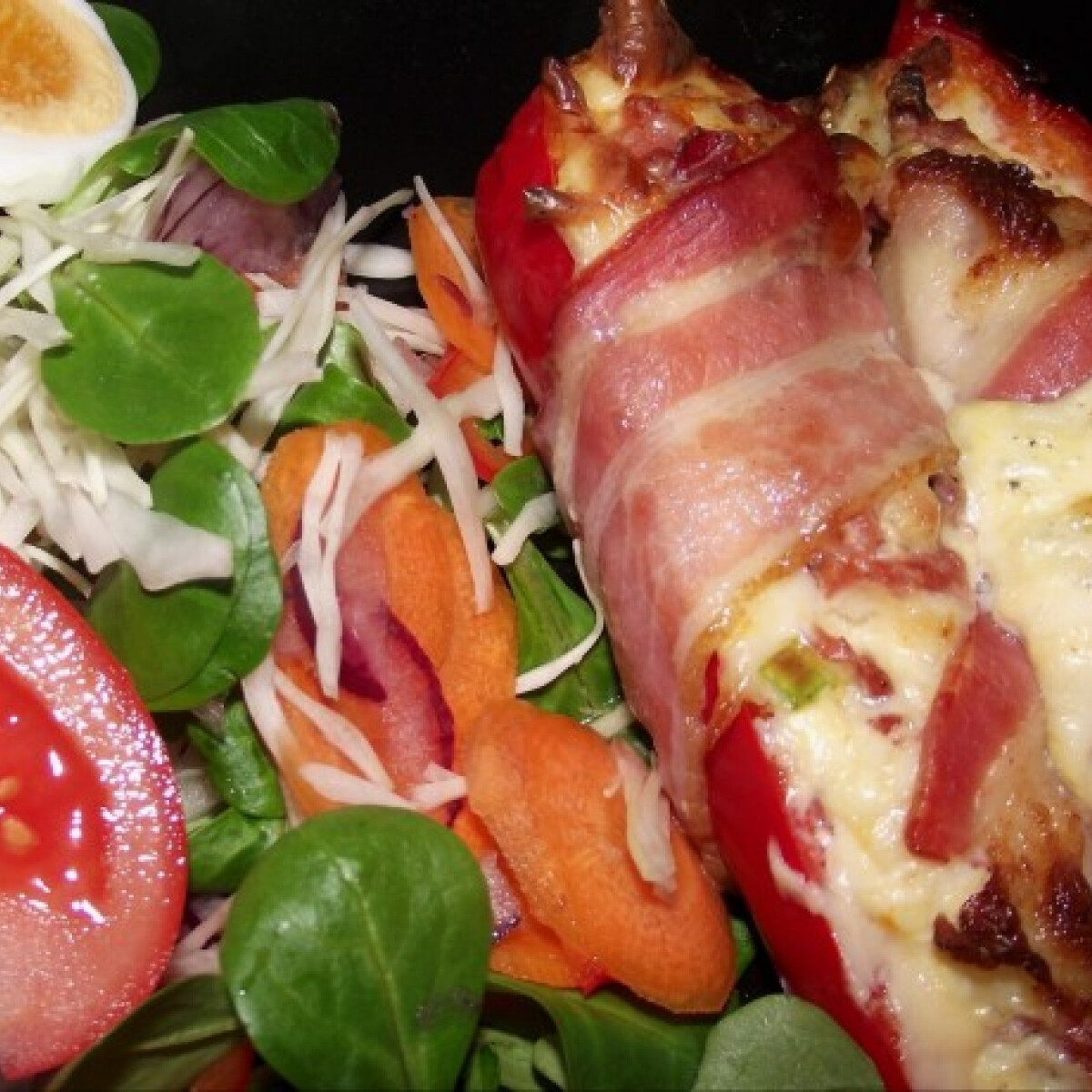 Ezen a képen: Sajttal és feketeerdő sonkával töltött paprika bacon kabátban