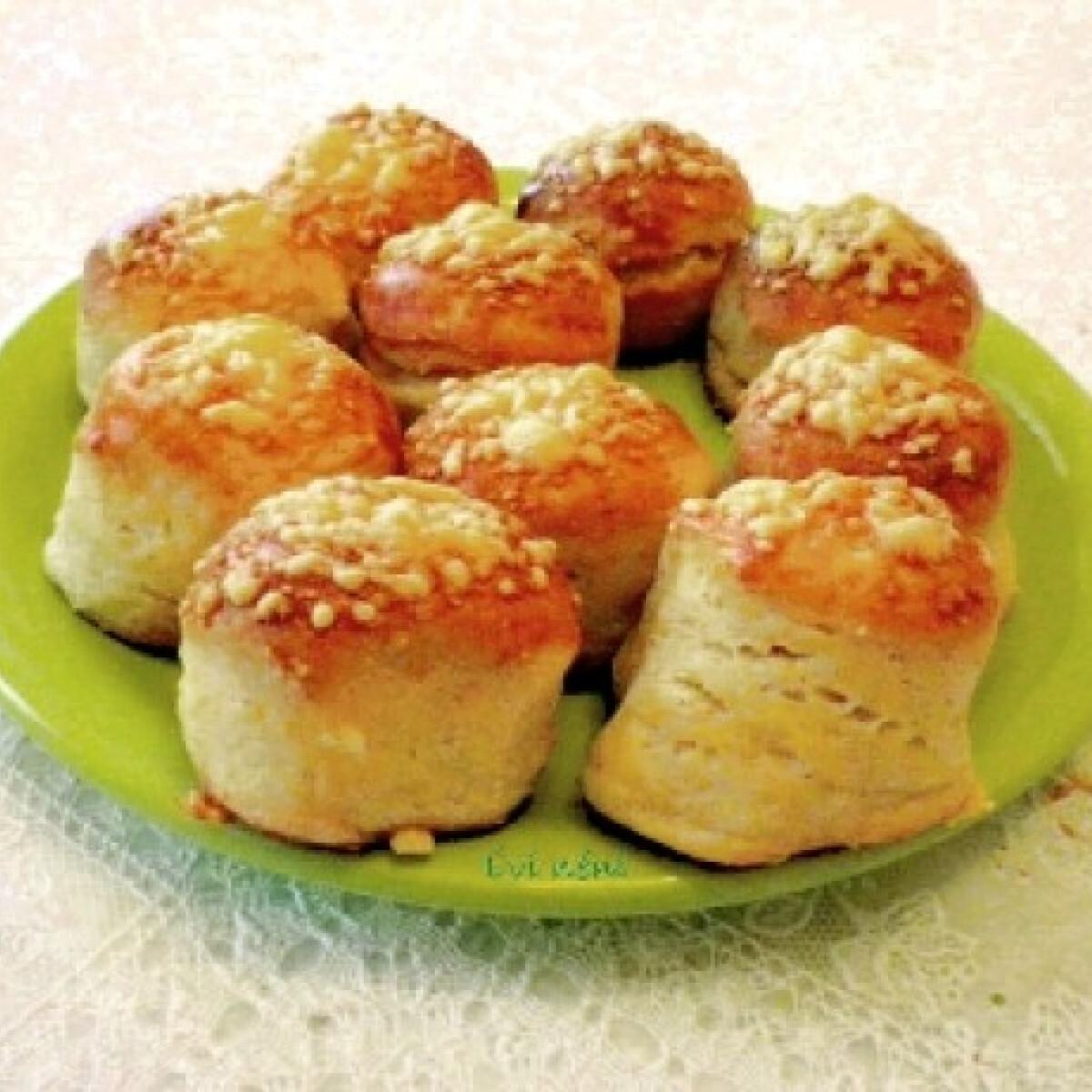 Ezen a képen: Túrós-sajtos pogácsa