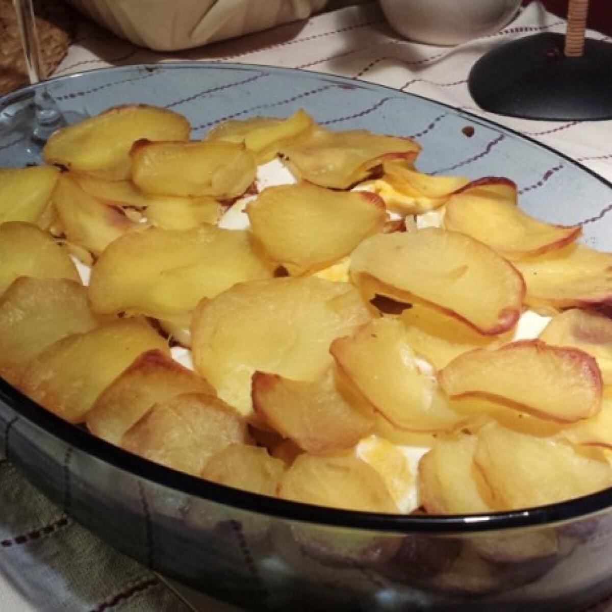 Ezen a képen: Rakott krumpli pikáns csírás salátával