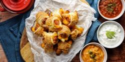 Leveles tésztába göngyölt sajtos virsli, 3 féle mártogatóssal