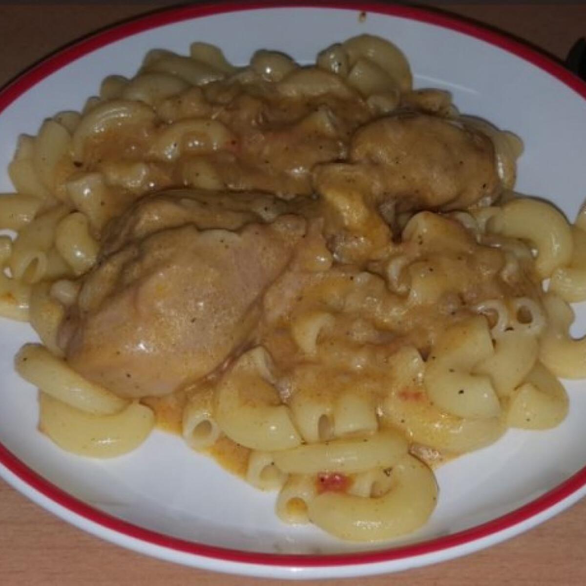 Ezen a képen: Tejfölös csirkepaprikás