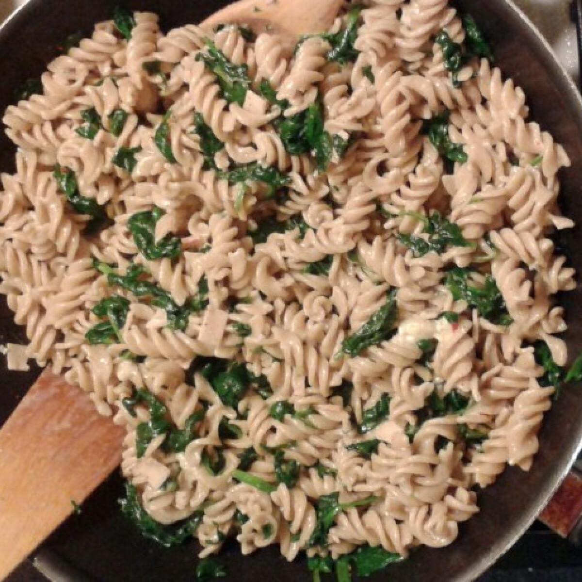 Ezen a képen: Spenótos-soksajtos tészta