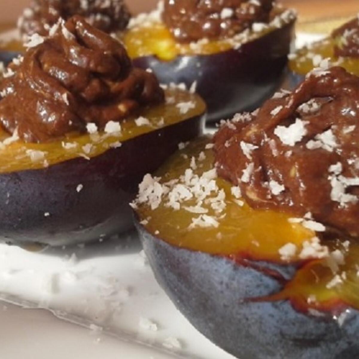 Ezen a képen: Csokis avokádókrémmel töltött szilva