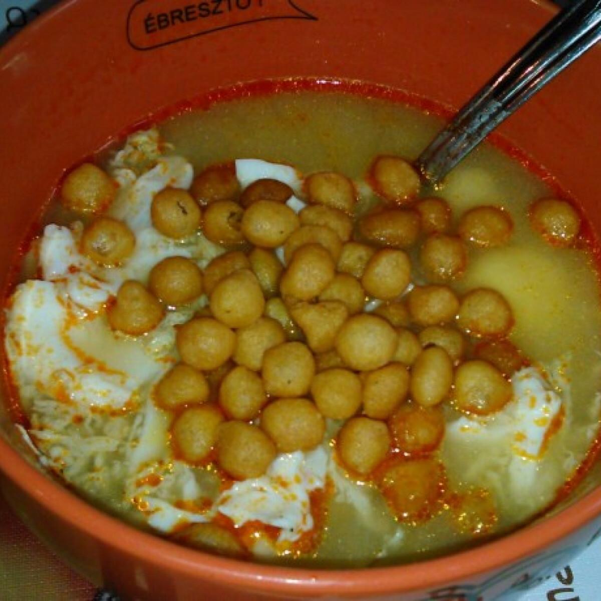 Ezen a képen: Tojásleves csurgatott tojással