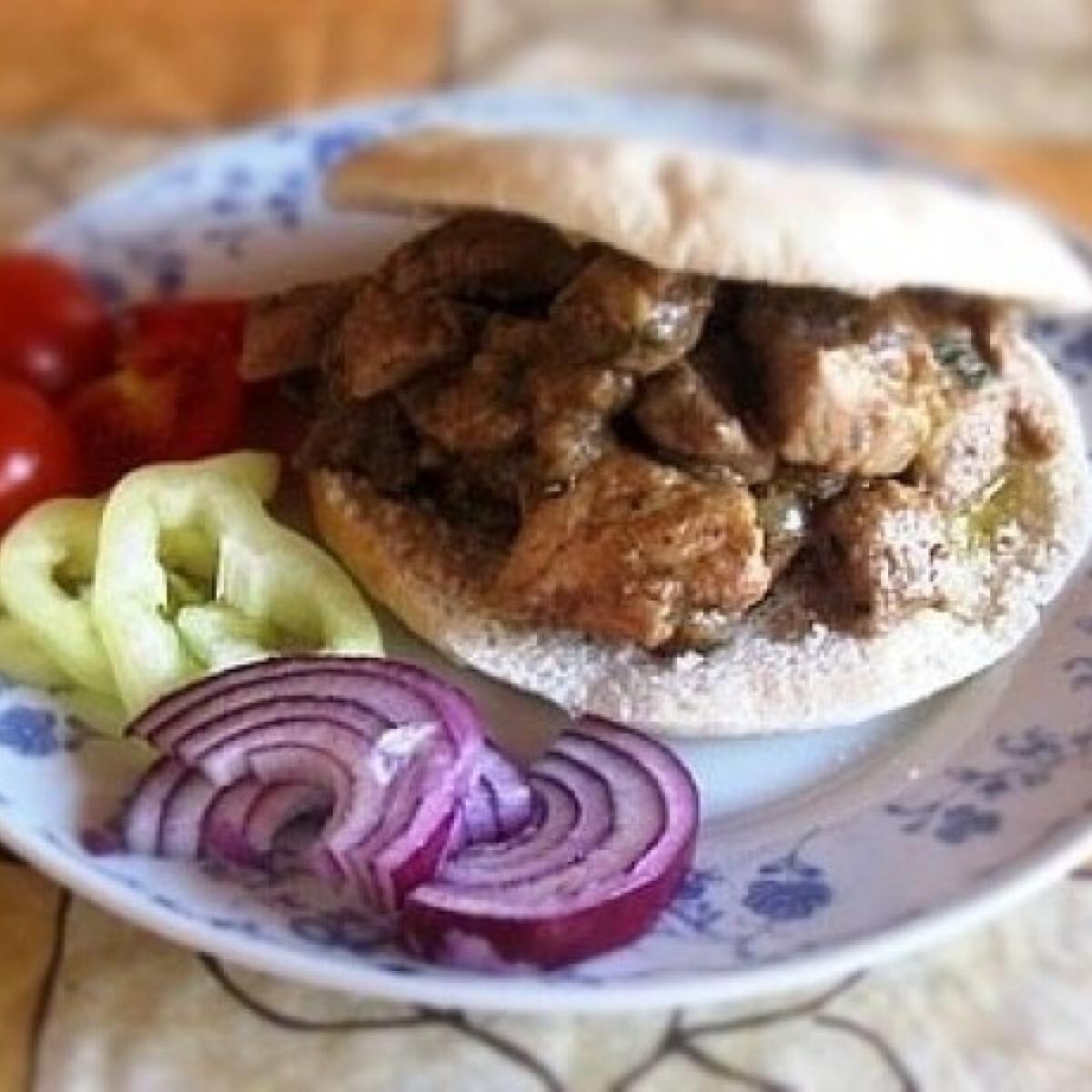 Ezen a képen: Zöldfűszeres hús pitában